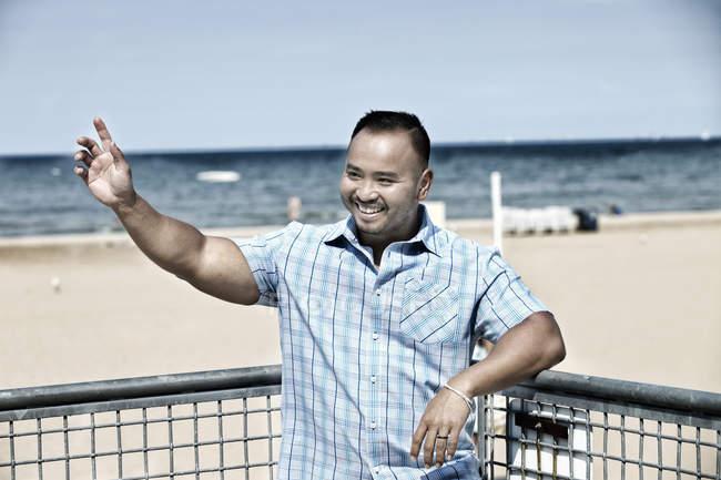 Uomo d'ondeggiamento sulla spiaggia — Foto stock