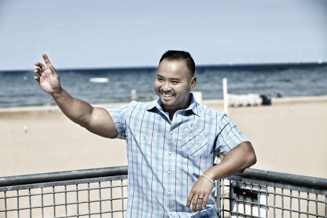 Mann am Strand winken — Stockfoto