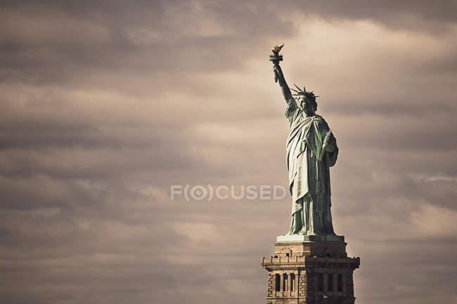 Statua della Libertà contro il cielo nuvoloso — Foto stock