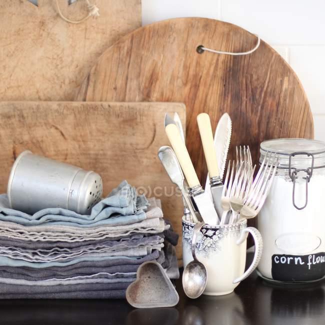 Utensilios de cocina en mesa - foto de stock