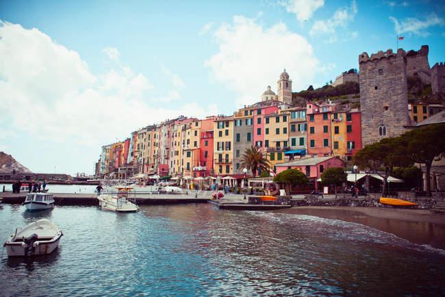 Coloridas casas en pueblo italiano - foto de stock