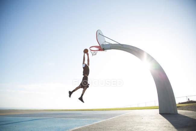 Людина грати в баскетбол в парку — стокове фото