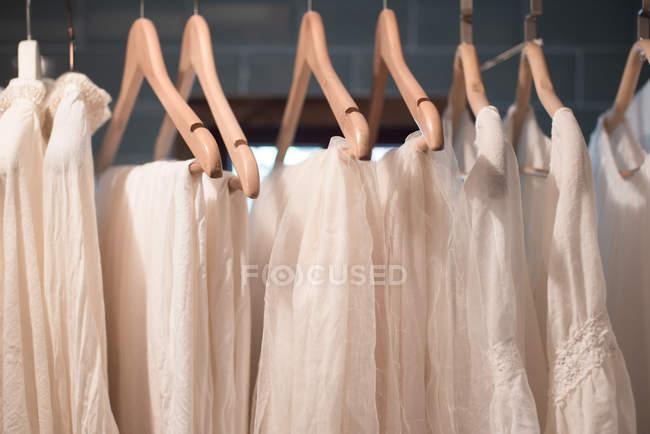 Білі сукні висить — стокове фото