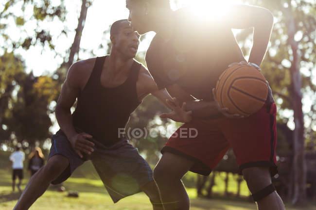 Чоловіки грати в баскетбол в парку — стокове фото