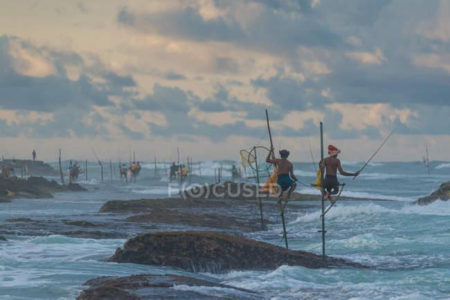Dos pescadores de zanco de pesca - foto de stock