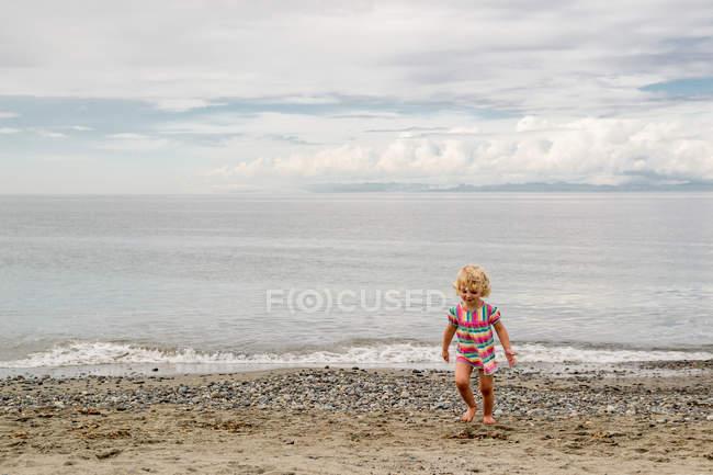 Chica caminando en la playa - foto de stock