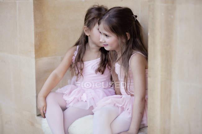 Маленькие артисты балета в розовой одежде — стоковое фото