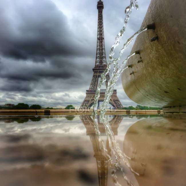 Torre Eiffel e fontana d'acqua — Foto stock