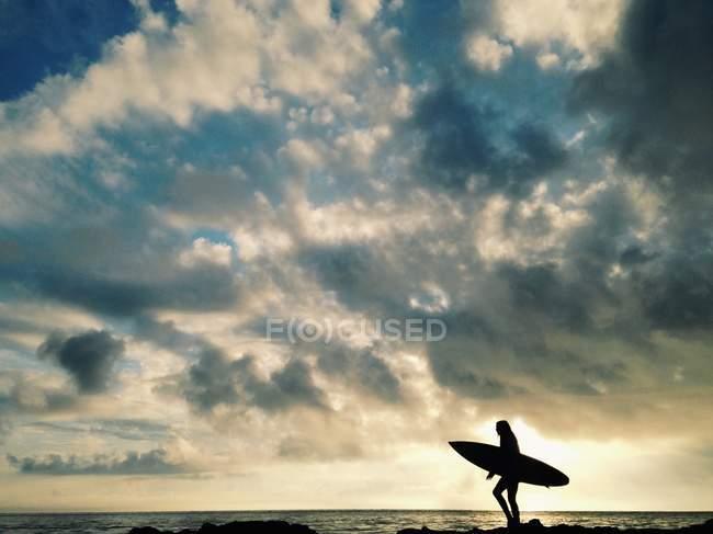 Silhueta de surfista feminina — Fotografia de Stock