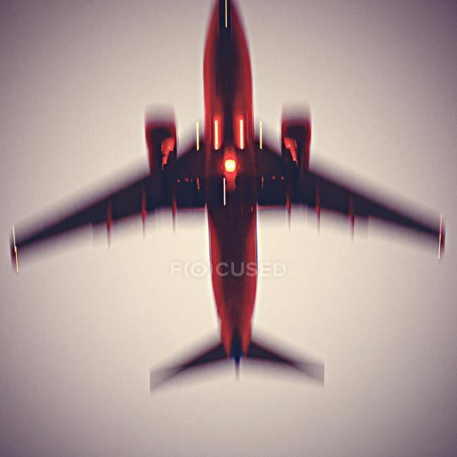 Avião voando no céu por do sol — Fotografia de Stock