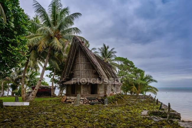 Maison traditionnelle en Micronésie — Photo de stock