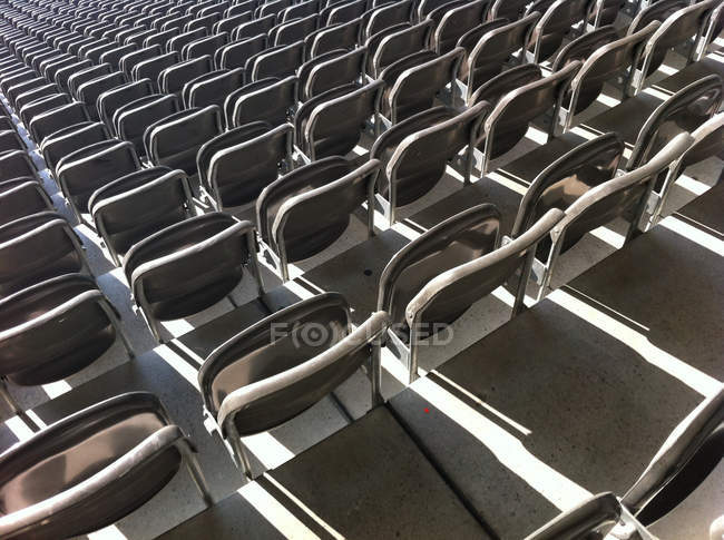 Asientos vacíos en el estadio - foto de stock