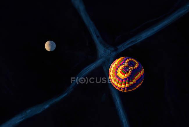 Два повітряних кулях вище перехрестя — стокове фото
