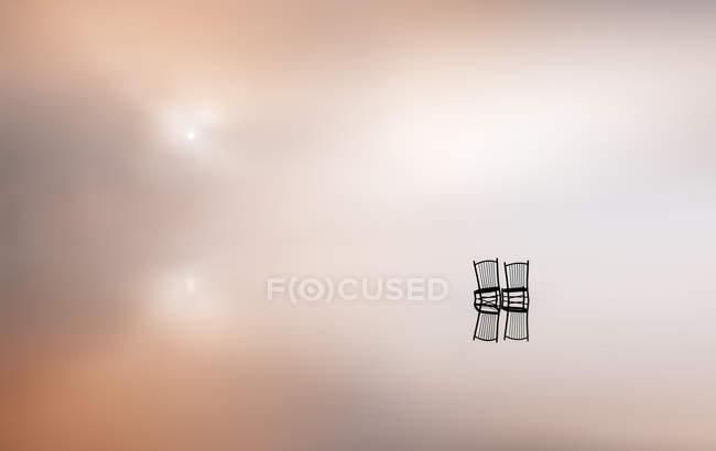 Stühle mitten im Salzsee — Stockfoto