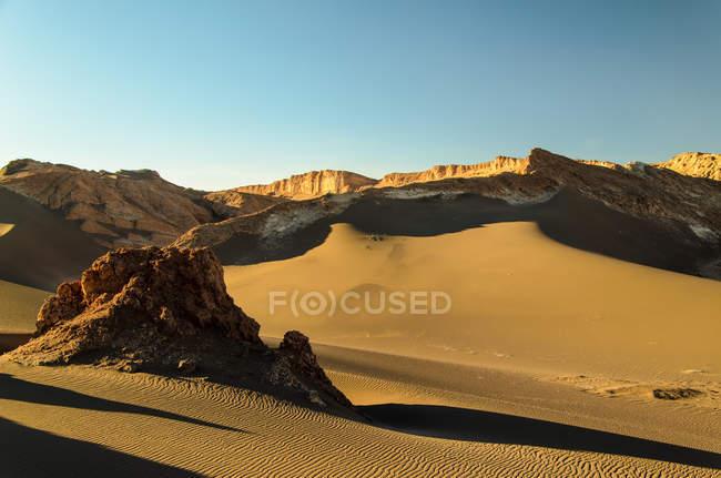 Скальное образование в пустыне — стоковое фото