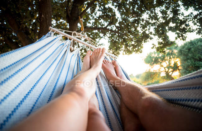 Couple relaxing in hammock — Stock Photo