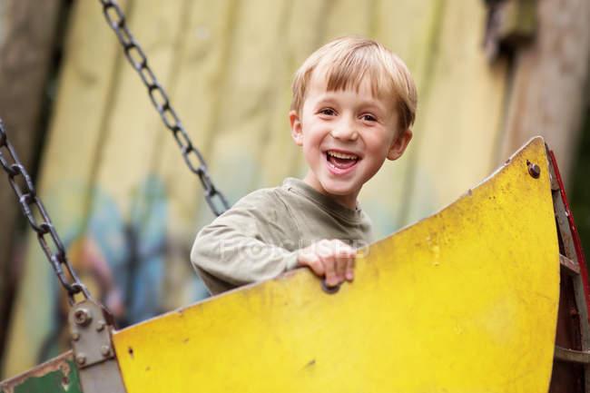 Kleine junge auf spielplatz — Stockfoto