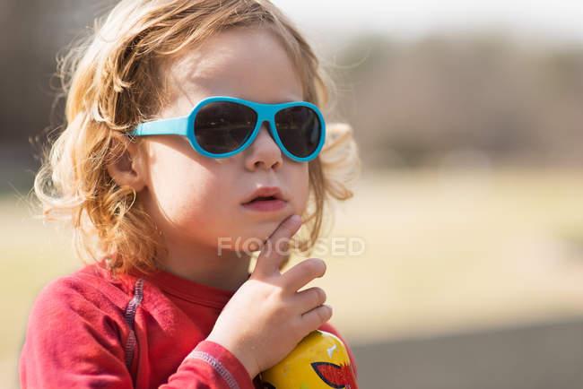 Ritratto di ragazzo con occhiali da sole — Foto stock