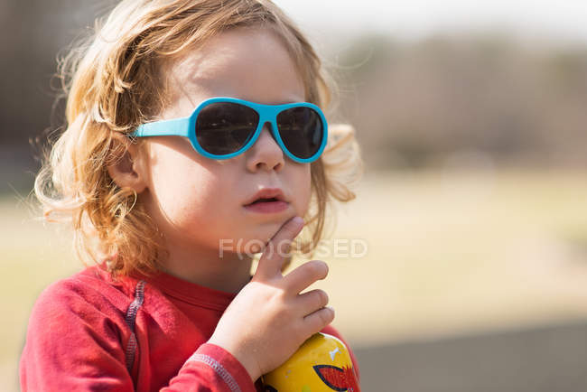 Retrato de menino com óculos de sol — Fotografia de Stock