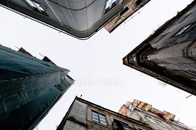 Vista inferiore di case esterni — Foto stock