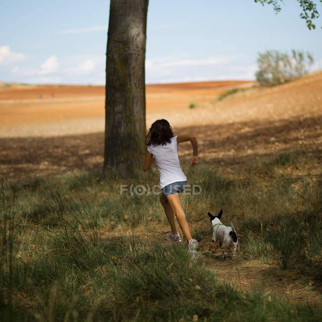 Девушка бегает с собакой — стоковое фото