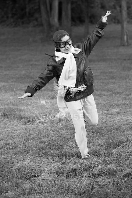 Мальчик бежит как самолет — стоковое фото