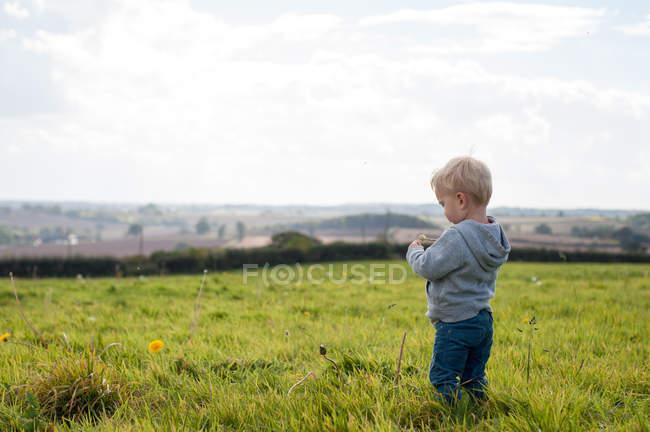 Мальчик стоит на улице — стоковое фото
