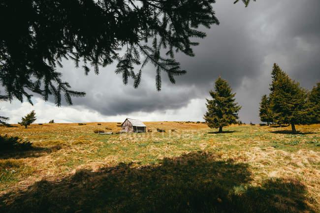 Paisagem com casa nas montanhas — Fotografia de Stock