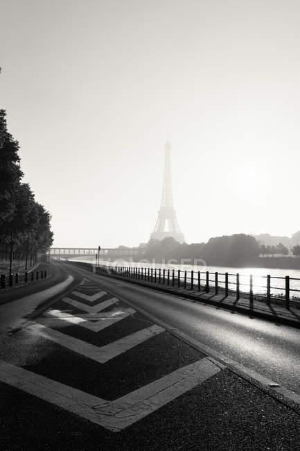 Veduta della Torre Eiffel nella nebbia — Foto stock