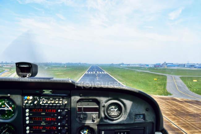 Перегляд кабіні літака на посадку — стокове фото