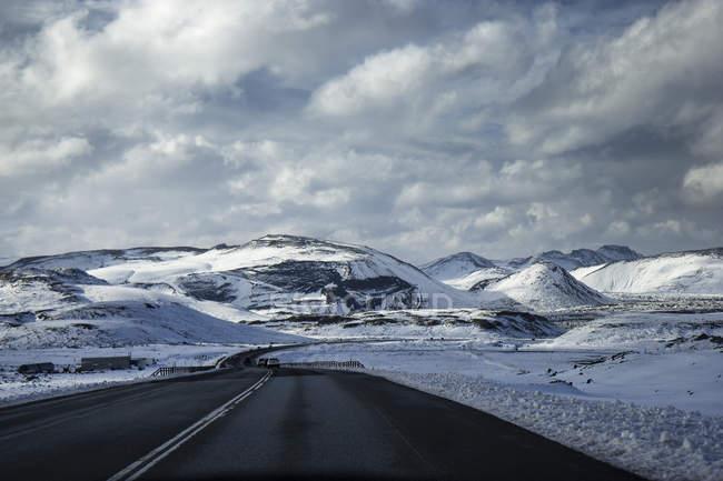 Estrada nas montanhas nevadas — Fotografia de Stock
