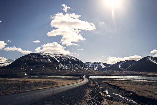 Islândia, estrada iluminada pelo sol — Fotografia de Stock