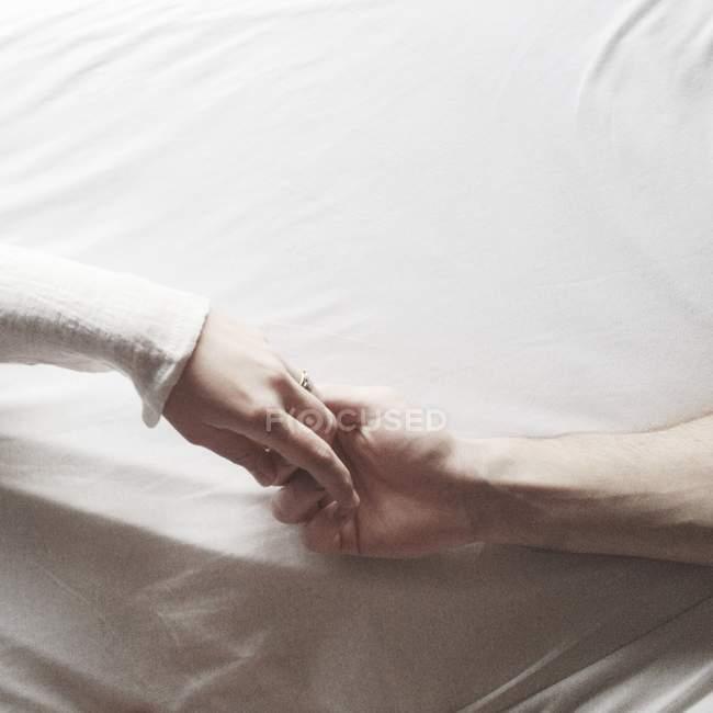 Mâle main tenant les doigts de femelle — Photo de stock