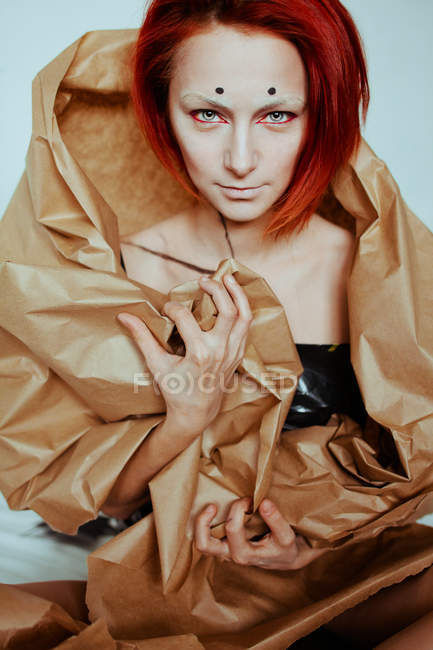 Mulher ruiva em papel artesanal — Fotografia de Stock