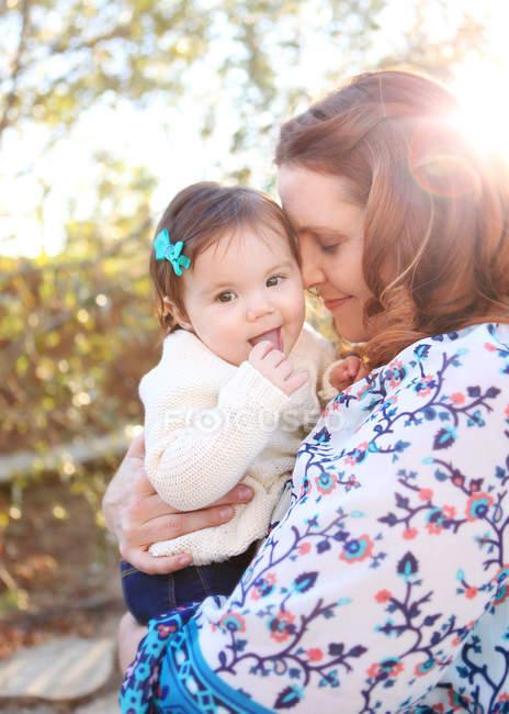 Madre abrazando hija - foto de stock