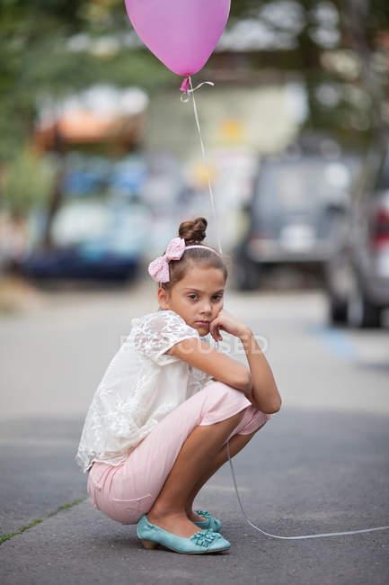 Globo de retención rosa chica triste - foto de stock