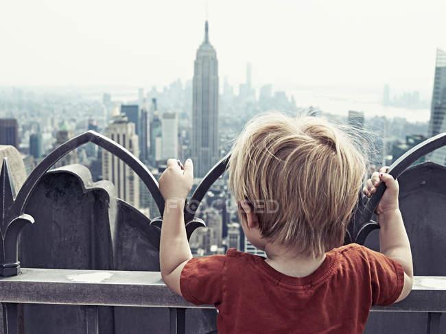Ragazzo che guarda New York — Foto stock
