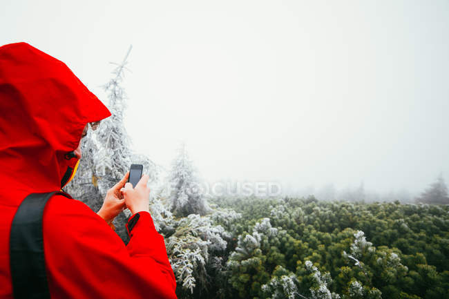 Man photographing foggy forest — Stock Photo