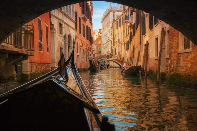 Gondola sotto il ponte — Foto stock