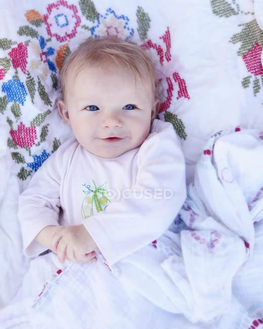 Baby girl лежачи регіоні Кроватка — стокове фото