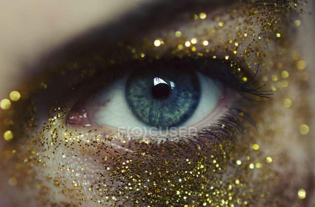Женщина глаз с золотом блестит — стоковое фото