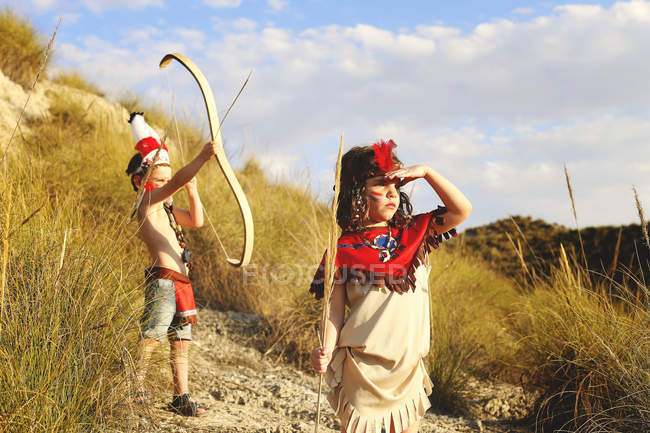 Girl and boy playing dressed as Indians — Stock Photo