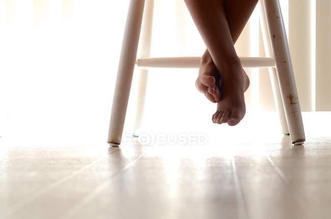 Bambino attraversato a piedi nudi — Foto stock