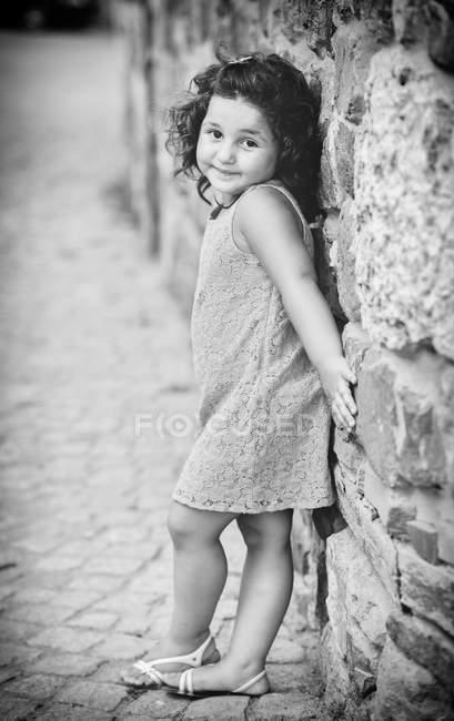Kleine Mädchen gesichert gegen die Wand — Stockfoto