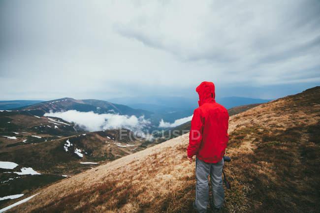 Uomo guardando sul bellissimo paesaggio montano — Foto stock