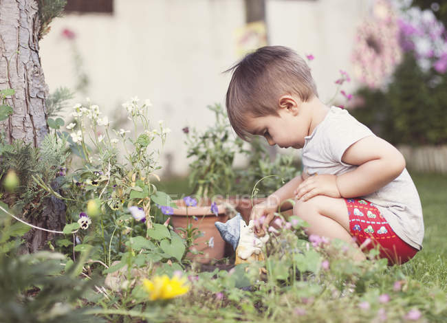 Child playing in garden — Stock Photo