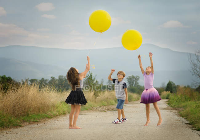 Children playing with balloons — Stock Photo