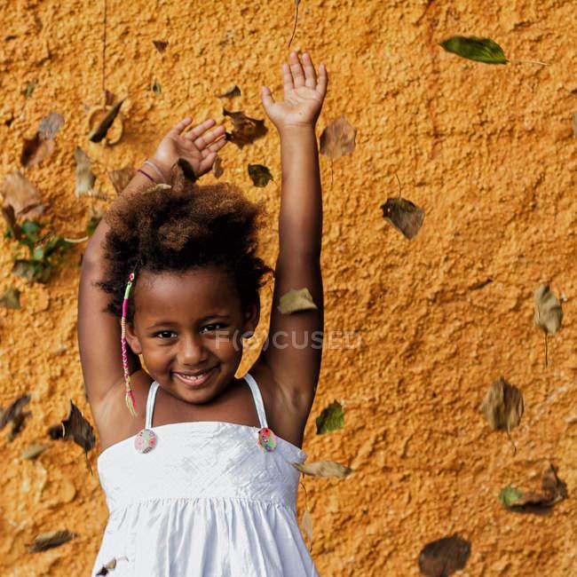 Девушка бросает листья в воздух — стоковое фото
