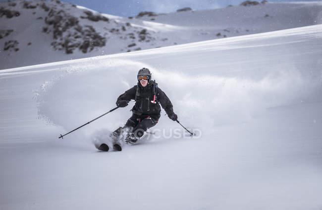 Бесплатный проезд лыжнику горные лыжи — стоковое фото