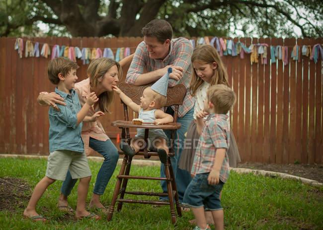 Семья, празднующая день рождения — стоковое фото